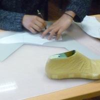 Jovens aprendem a fazer sapatos de luxo